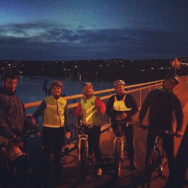 Vi leker ikke sykkelstafett: nattetapper måtte til for å rekke målet om 150 timer. Her krysser en gjeng nattsyklister Glomma ved Fetsund.